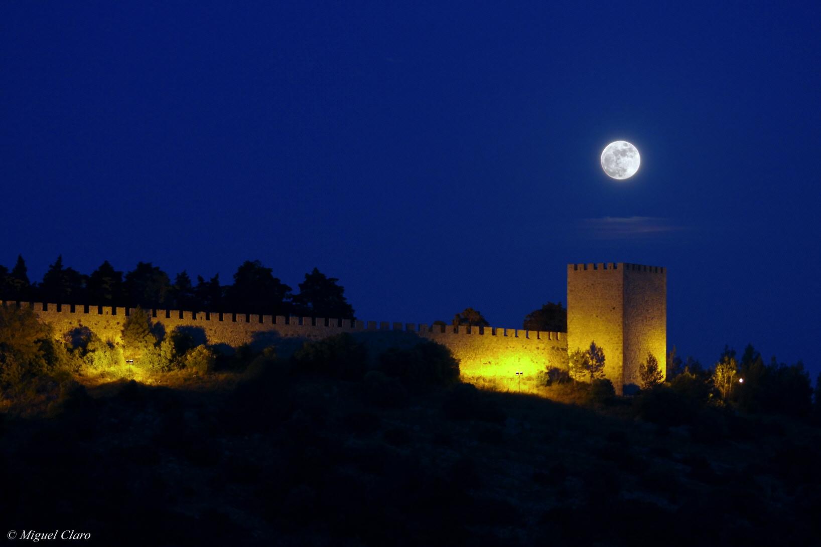 Castelo de Sesimbra e a Lua por Miguel Claro. Dados Técnicos: Canon 50D - ISO400 F-5 Exp-1/3 100mm às 21:25 em 27 de maio